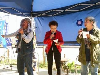 自ら作詞した「沖縄の未来(みち)は沖縄が拓く」を渾身の力で熱唱する山城博治さん。加藤さん、古謝さんも歌詞カードを手に合唱