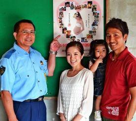 (左から)高嶺敏光交通課長、東咲さん、千咲ちゃん、夫の邦仁さん=22日、浦添署