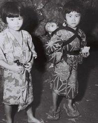 <沖縄戦>赤ちゃんをおんぶする少女