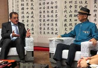 ハリール・アルムーサウィー駐日イラク大使(左)と会談する翁長雄志知事=20日、沖縄県庁