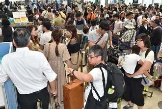台風接近の影響で混雑する那覇空港の出発ロビー=30日午前11時26分(金城健太撮影)