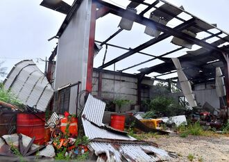 強風で屋根のトタンが吹き飛ばされた小屋=5日午後3時27分、南大東村池之沢(下地広也撮影)