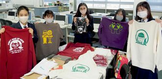 受注した洋服を郵送する那覇商業高校の生徒たち=13日、那覇市・同校