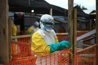 コンゴ東部の治療施設で働く医療スタッフ=4月16日(AP=共同)