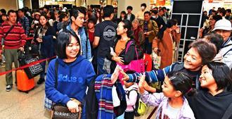 正月を沖縄で過ごした人たちで混雑する那覇空港=3日午前11時すぎ(金城健太撮影)