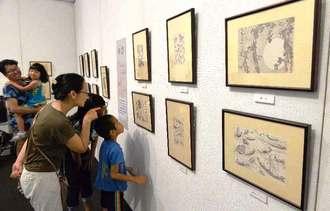 多くの人たちが訪れている「北斎展」=14日午前、浦添市美術館