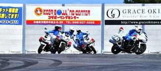モータースポーツマルチフィールド沖縄のオープニングセレモニーで、ライディングテクニックを披露する県警白バイ隊=26日、沖縄市倉敷(下地広也撮影)