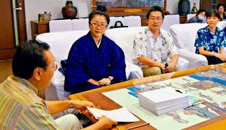 城西小学校の学習環境改善について要請する知念ウシPTA会長(左から2人目)=23日、那覇市役所