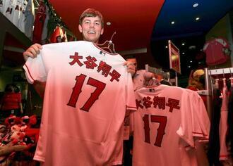 エンゼルスの本拠地エンゼルスタジアムで販売された、大谷翔平の名前が漢字で入った限定ユニホーム=18日、アナハイム(共同)