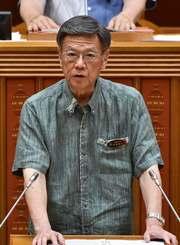 県議会代表質問で答弁する翁長雄志知事=29日午前、県議会