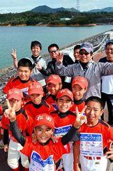 漢那ダムを眺めながら元気に歩く、ゆいゆいウォークに参加した子どもたち=7日、宜野座村