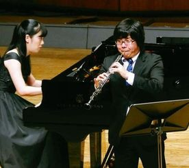 グランプリ受賞者として演奏を披露するオーボエの篠原拓也さん(右)、ピアノ伴奏は南部璃子さん=22日、南城市・シュガーホール