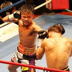 バンタム級10回戦 3回、比嘉大吾(右)が左ストレートを放つ=東京・後楽園ホール(エムアイプランニング撮影)