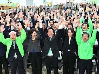 3期目の当選が決まり、支持者とバンザイ三唱する中山義隆氏(手前中央)と支持者=11日午後9時19分、市真栄里の選挙事務所(下地広也撮影)