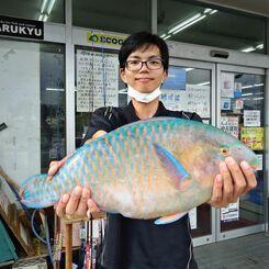 国頭海岸で53・7センチ、3・05キロのアーガイを釣った大田守秀さん=10日
