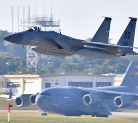 米軍嘉手納基地を飛び立つF15戦闘機(上)=2017年2月
