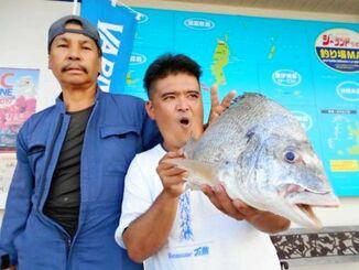 熱田漁港で51・5センチ、2・32キロのチンシラーを釣った宮城次男さん(左)=10月26日