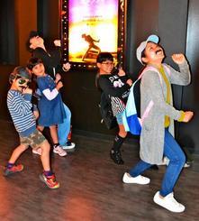 クイーンのボーカル、フレディ・マーキュリーさんのコスプレをして応援上映を鑑賞した家族=1日、那覇市おもろまち・シネマQ