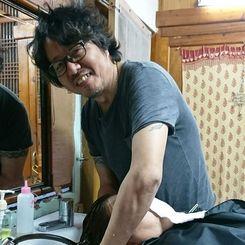 渡名喜村民のおしゃれに貢献した福田隆俊さん。最後の営業が始まった=15日、同村(桃原美土李さん撮影)