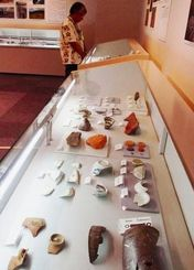 貴重な出土品などが並ぶ発掘調査速報展=西原町、県立埋蔵文化財センター