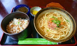 上品で素朴な味わいが魅力の「八重山そば定食」(650円)