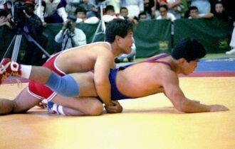グレコローマンスタイル82キロ級で五輪を目指した屋比久保さん(左)=1989年9月21日、岩内中央小体育館