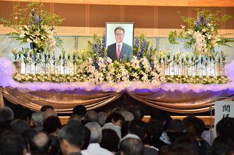 大勢の県民らが詰めかけ始まった翁長前知事を偲ぶ会=22日午後5時、豊見城市の沖縄空手会館