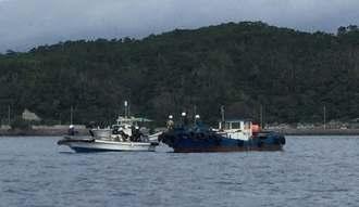 コンクリートブロックが沈んでいるとみられる場所でブイを積んだ船が停泊し、ダイバーが潜って作業した=12日午前9時10分すぎ、名護市辺野古沖