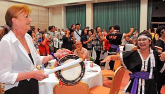 初の久米島ンチュ大会で、締めくくりのカチャーシーを舞う海外移住者や住民ら=25日、久米島町具志川農村環境改善センター(比嘉正明通信員撮影)