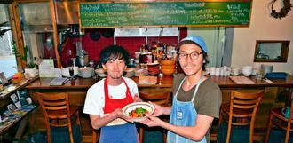 「地域に根差した店にしたい」と力を込める田中慎兵さん(右)と青木鴻太さん=宮古島市平良下里