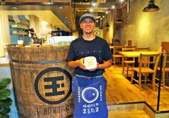 「味噌の魅力を提案していきたい」と語る店主の中西武久さん。店内で料理に使われている「王朝味噌」「うこん味噌」なども販売する=那覇市泉崎