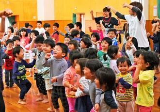 「あんなる猿ん子」の最後でカチャーシーを踊る園児たち=19日、那覇市銘苅、ガジマル保育園