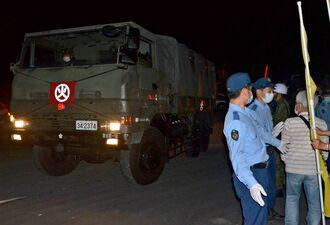 住民を強制排除した後、弾薬を搬入する陸上自衛隊宮古警備隊の車両=2日夜、宮古島市城辺保良