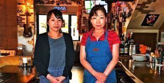 100種類のレシピから、日替わりランチを振る舞っているキッチン担当の比屋根節子さん(右端)とホール担当の比嘉愛里さん