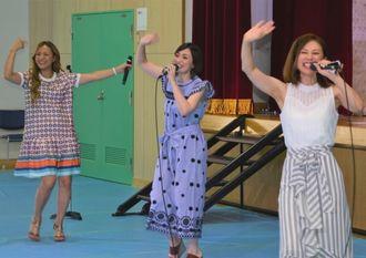 歌とダンスを披露したMAXのメンバー=7月29日、糸満市真栄平・沖縄少年院