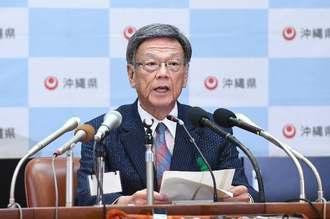 副知事人事で記者会見する翁長雄志知事=9日午後、県庁