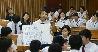 ワークショップで若者が戦地に行かないためにはどうしたらいいか考えた平和学習会=13日、宜野湾高校