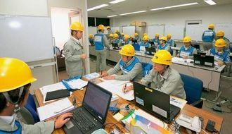 総合防災訓練で被災状況などの情報収集などに取り組む沖縄電力の職員=2015年9月、浦添市の沖縄電力本社(同社提供)