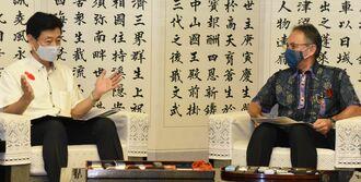 沖縄県内の新型コロナウイルス感染症対策について、玉城デニー知事と会談する西村康稔経済再生担当相(左)=1日、県庁