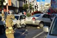 対向車線に突っ込み、車両5台巻き込む事故 3人が搬送 那覇市古波蔵