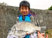 [有釣天]銀鱗輝くミナミクロダイに笑顔 八重瀬・港川の河口でヒット