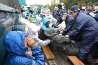 辺野古新基地:抗議市民60人を強制排除 柵内に15分拘束
