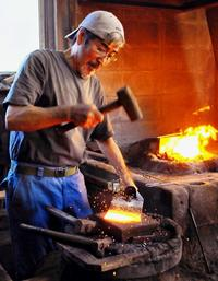石垣島最後の鍛冶屋、「森の名手」に認定 伝統工法で島の農水産業に貢献