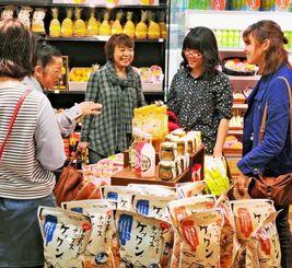 ハピナハ内覧会で県産品の試食などを楽しむ観光客ら