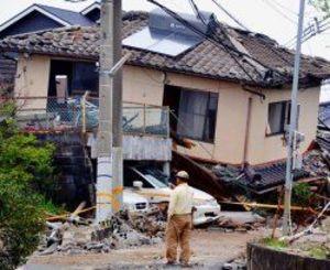 熊本県益城町の住宅街。1階部分が押しつぶされた住宅も多くあった=4月18日午前9時ごろ、同町(新垣卓也撮影)