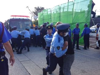 キャンプ・シュワブゲート前で警察官ともみ合いになる市民ら=16日午前、名護市辺野古