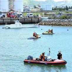飛び込んだ男性の捜索が行われた石川漁港=6日午前、うるま市