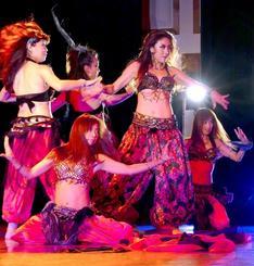 ダイナミックな群舞で会場を魅了したイルセwithイルセシスターズ=那覇市・テンブスホール
