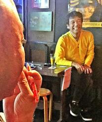 体験講座の稽古を見守る当銘由亮さん(右)=2016年月日、沖縄市上地、ライブハウス「アルテコザ」