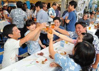 オリオン「SOUTHERN BLUE BAR」を楽しむ来場者ら=5日午後、那覇市久茂地・タイムスビル1階